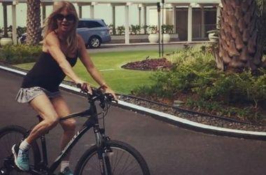 70-летняя Голди Хоун ошеломила фигурой в купальнике