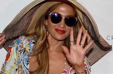 Дженнифер Лопес в купальнике с глубоким вырезом и очках за 12 тысяч гривен произвела фурор (фото)