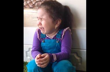 Маленькая девочка закатила маме истерику из-за отсутствия жениха (видео)
