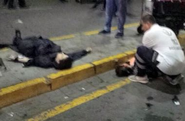 Очевидец терактов в Стамбуле: Мужчина в черном беспорядочно расстреливал людей