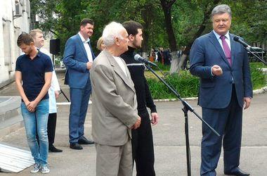 Порошенко обещает вернуть всех удерживаемых украинцев в РФ и на Донбассе