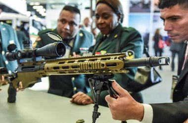 Россиянин пытался вынести с оружейной выставки в Париже снайперские винтовки