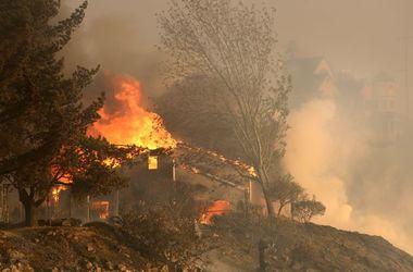 Сильный пожар в Калифорнии заставил людей покинуть свои дома