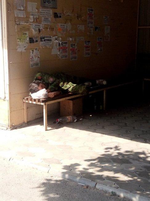 ФОТОФАКТ. Жители Донбасса опозорили боевика