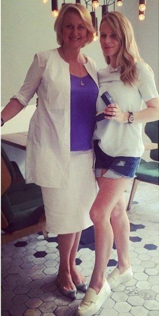 Ольга Фреймут в коротких шортах похвасталась драгоценной булавкой для сына (фото)