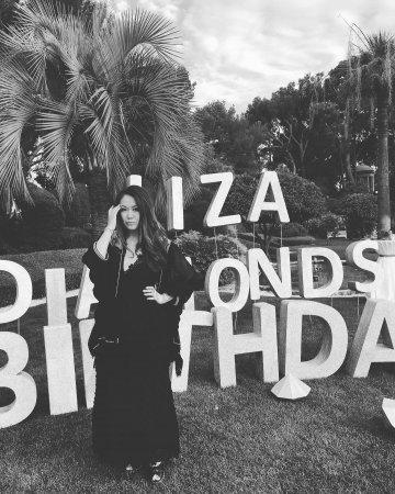 Сестра Маши Ефросининой в полупрозрачном наряде отметила день рождения на вилле во Франции (фото)