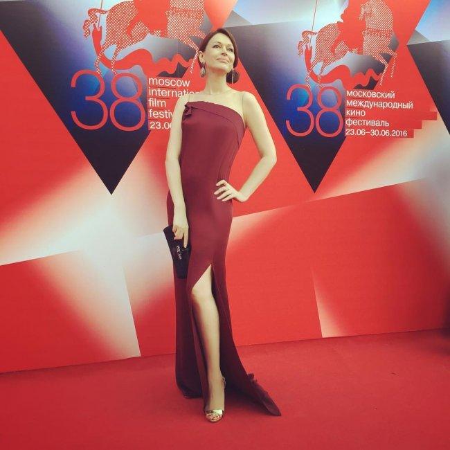 Высокие каблуки подвели 51-летнюю Ирину Безрукову на красной дорожке (фото)