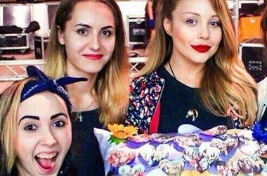 Тина Кароль с новой прической и черным платком на шее заглянула в киевский бутик (фото)