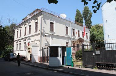 Украинцы несут цветы к посольству Турции в Киеве