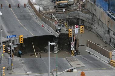 В центре канадской столицы Оттавы под землю ушла часть улицы (видео)