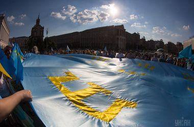 В центре Киева пронесли самый большой в мире крымскотатарский флаг