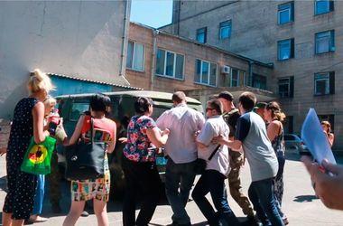 В Мариуполе пытаются сорвать суд с участием