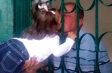 Дочь Ильми Умерова показала как внуки целуют дедушку через решетку