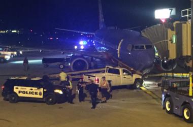 Голый американец угнал грузовик и въехал на нем в самолет (видео)