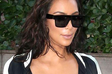 Ким Кардашьян в меховых сандалиях и прозрачном бюстгальтере прогулялась по Нью-Йорку (фото)