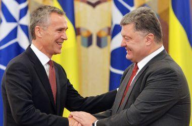 Порошенко сообщил Столтенбергу об эскалации на Донбассе