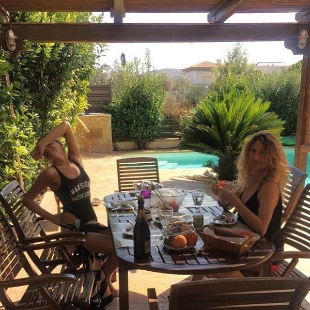 Телеведущая Василиса Фролова на отдыхе в Греции похвасталась фигурой в купальнике (фото)