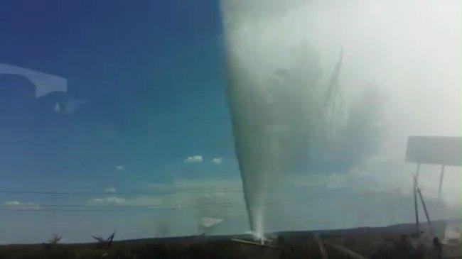 Прорыв магистрального водопровода в Славянке - водяной столб высотой в десятки метров (видео)