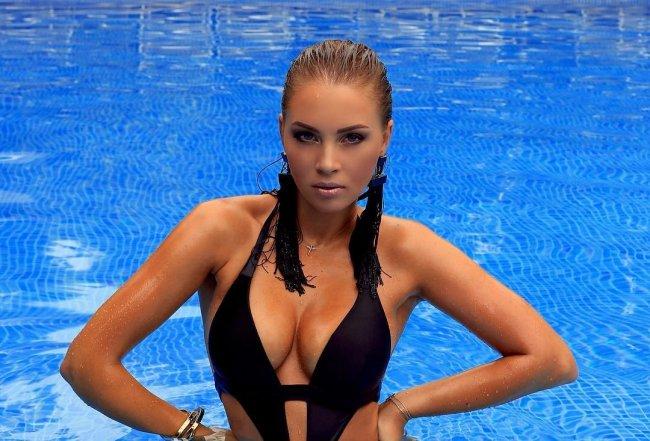 27-летняя жена Дмитрия Диброва в смелом купальнике сверкнула грудью (фото)