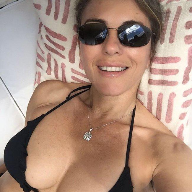 51-летняя актриса Элизабет Херли удивила пикантным селфи в купальнике (фото)