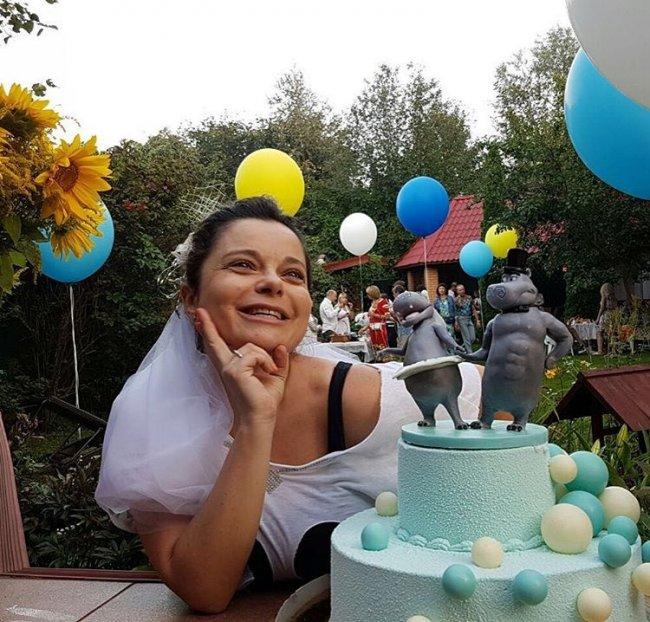 Без макияжа и в рваном наряде: Наташа Королева поразила внешним видом в годовщину свадьбы (фото)