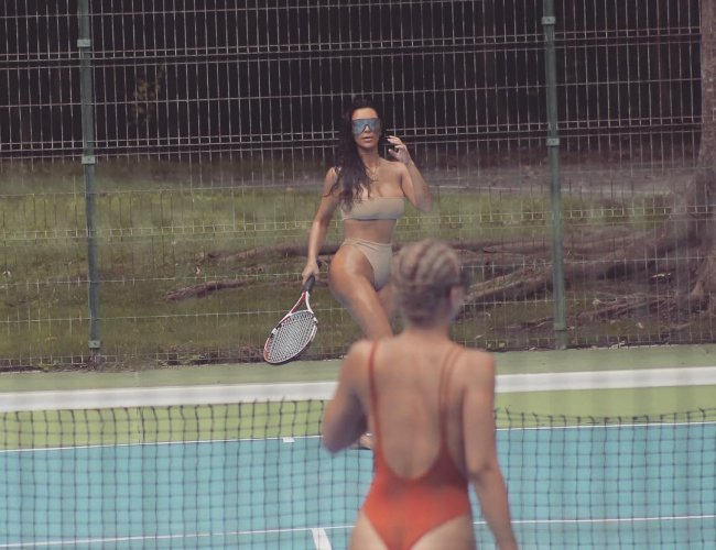 Пышнотелая Ким Кардашьян показала, как в бикини за 900 гривен играет в теннис (фото)