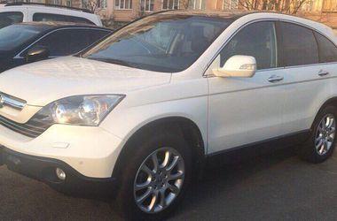 В Киеве на Оболони угнали авто: водитель просит о помощи