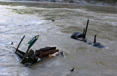 В Непале автобус сорвался в реку со 100-метровой высоты