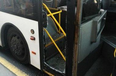 В России девушка разнесла дверь автобуса, чтобы успеть на поезд