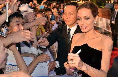 Анджелина Джоли отдала детей на воспитание старшему брату