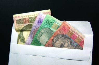 Половина украинцев получают зарплату в конвертах
