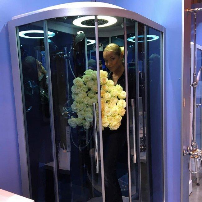 Анастасия Волочкова залезла в душ с букетом роз (фото)