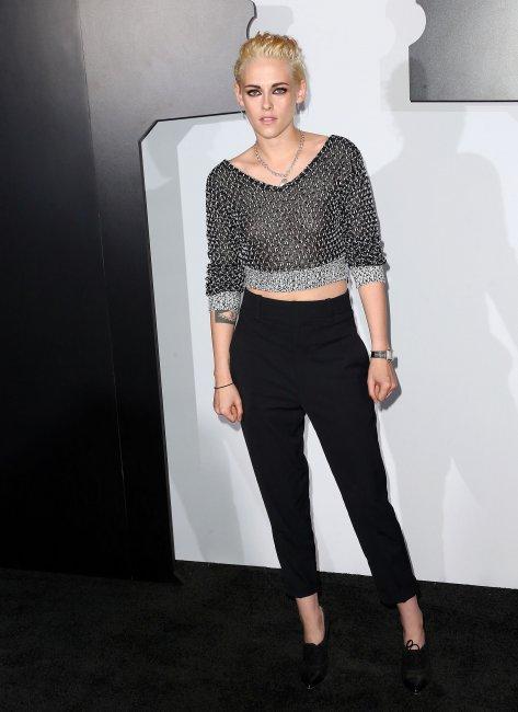 Блондинка Кристен Стюарт забыла надеть лифчик под прозрачный топ (фото)