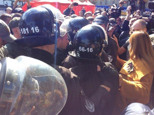 Под мэрией Одессы – крики и много полиции