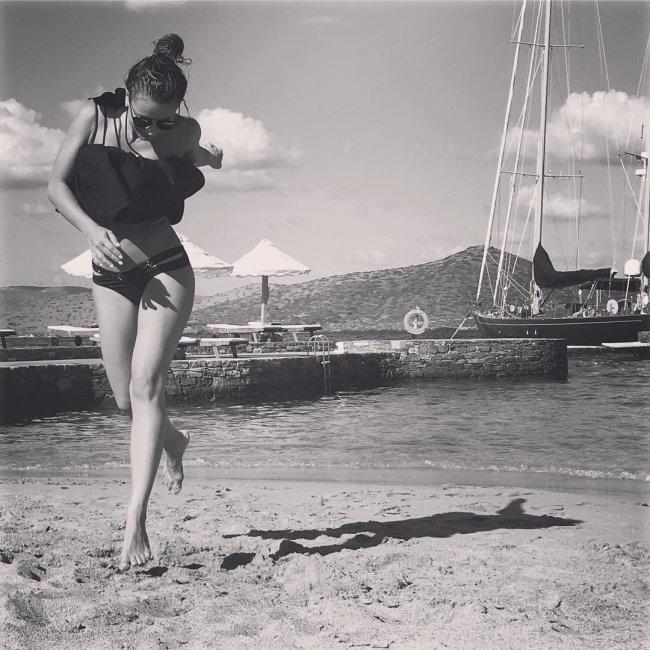 «Порхаю как бабочка»: Ани Лорак в оригинальном купальнике похвасталась отдыхом в Греции (фото)