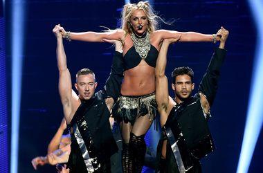 Бритни Спирс в Лондоне побоялась выполнить кувырок на сцене (видео)