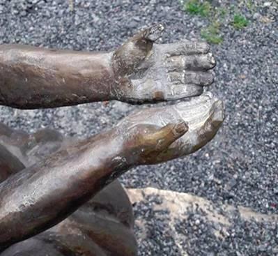 ФОТОФАКТ. В Днепре вандалы повредили памятник украинским воинам
