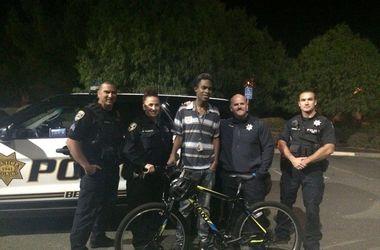 Полиция Калифорнии подарила велосипед подростку, ежедневно проходившему пешком около 40 километров
