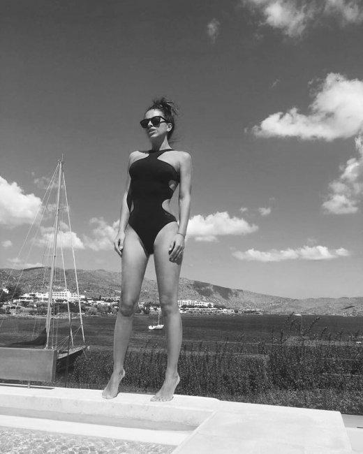 Ани Лорак на Крите загорала в купальнике с пикантными вырезами (фото)