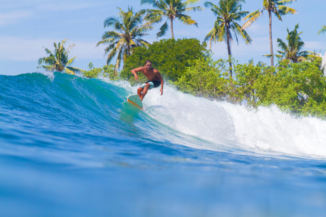 Чем славится школа серфинга Бали?